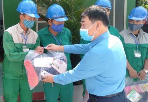 Công đoàn ngành Xây dựng tặng quà CNLĐ làm việc ở tuyến đầu trong công tác phòng dịch bệnh Covid-19