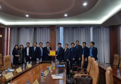 Đồng chí Bùi Văn Cường – UVTW Đảng, Chủ tịch Tổng Liên đoàn Lao động VN thăm và làm việc tại Trường Đại học Hàng hải VN