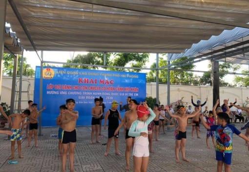 Liên đoàn lao động thành phố khai mạc lớp Bơi cho con CNVCLĐ có hoàn cảnh khó khăn