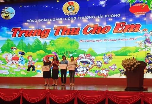 Liên đoàn Lao động thành phố thăm, tặng quà các trường Mầm non, doanh nghiệp nhân Tết Trung thu 2019