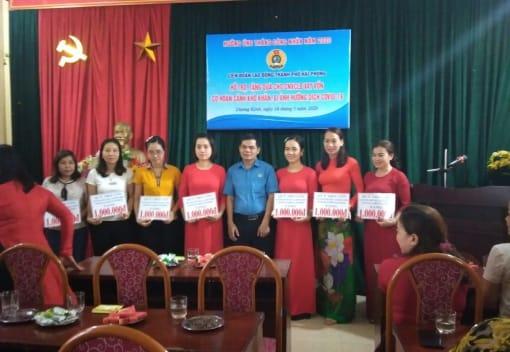 Chương trình hỗ trợ, tặng quà cho CNVCLĐ vay vốn có hoàn cảnh khó khăn, bị ảnh hưởng dịch covid-19 tại Liên đoàn Lao động quận Dương Kinh