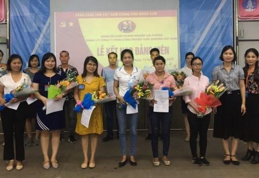 Lễ kết nạp đảng viên tại Công ty TNHH CN Giầy Aurora Việt Nam