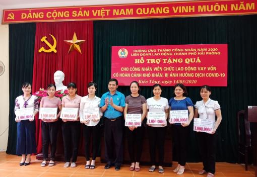 Liên đoàn Lao động Thành phố tặng quà cho CNVCLĐ vay vốn có hoàn cảnh khó khăn, bị ảnh hưởng dịch covid-19 tại các CĐCS thuộc Liên đoàn Lao động huyện Kiến Thụy