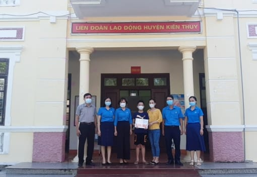 Quỹ Trợ vốn CNVCLĐ nghèo LĐLĐ thành phố giải ngân vốn vay cho CNVCLĐ khó khăn tại huyện Kiến Thụy
