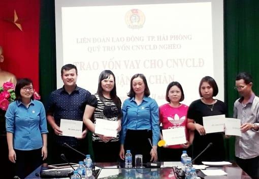 Trao vốn vay cho CNVCLĐ có hoàn cảnh khó khăn trên địa bàn quận Lê Chân