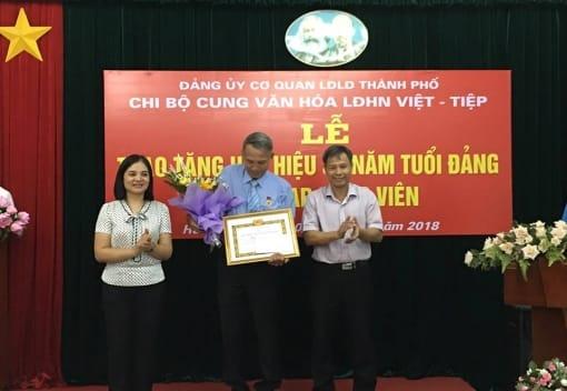 Lễ trao huy hiệu 30 năm tuổi Đảng và kết nạp Đảng viên