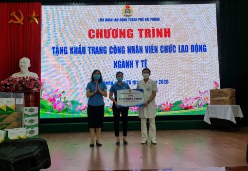 Công đoàn ngành Y tế thăm, tặng quà các đồng chí đoàn viên trực tiếp chống dịch