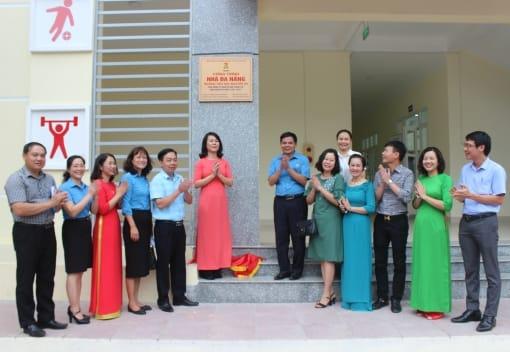 Liên đoàn Lao động thành phố và Liên đoàn Lao động quận Ngô Quyền tổ chức gắn biển công trình Nhà đa năng Trường Tiểu học Nguyễn Du