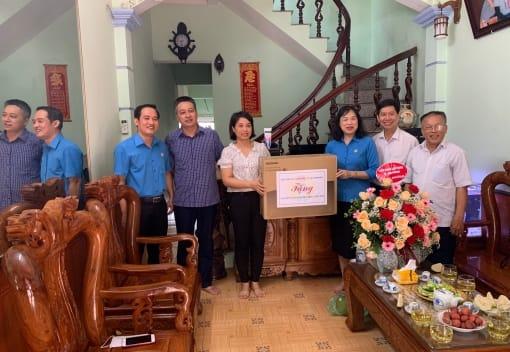 Liên đoàn đoàn Lao động huyện Vĩnh Bảo tổ chức thăm, tặng quà gia đình CNVCLĐ tiêu biểu năm 2020, con CNVCLĐ vượt khó học giỏi năm học 2020- 2021.