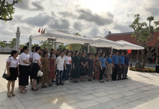 CNVCLĐ ngành Công thương Hải Phòng dâng hương Nhà tưởng niệm đồng chí Nguyễn Đức Cảnh và tham quan trưng bày Chuyên đề