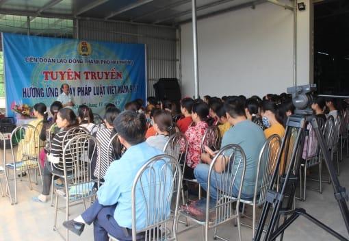 Liên đoàn Lao động thành phố tổ chức tuyên truyền về chính sách lao động hưởng ứng Ngày Pháp luật Việt Nam (9/11)