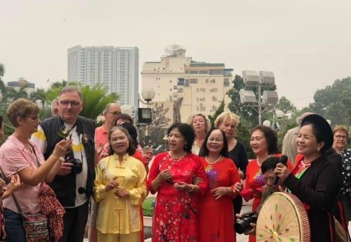CLB Thể thao Du lịch đón đoàn khách du lịch Pháp đến giao lưu tại Cung Văn hoá