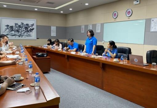 Bà Phạm Thị Hằng, Chủ tịch Công đoàn Khu Kinh tế chủ trì Hội nghị