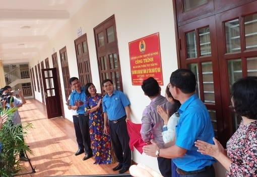 Đồng chí Đào Trọng Trung Phó Chủ tịch Liên đoàn Lao động thành phố tại lễ gắn biển