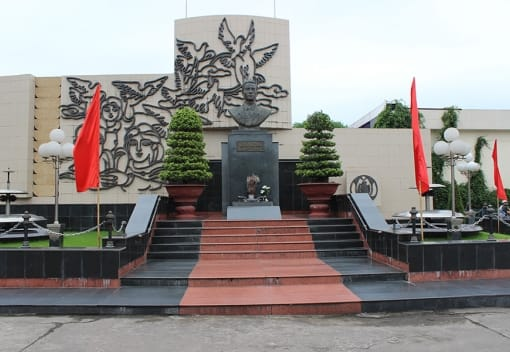Tượng đài đồng chí Nguyễn Đức Cảnh