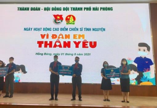 """LĐLĐ thành phố trao quà tặng tại Chương trình Ngày cao điểm """"Tình nguyện vì đàn em thân yêu"""""""