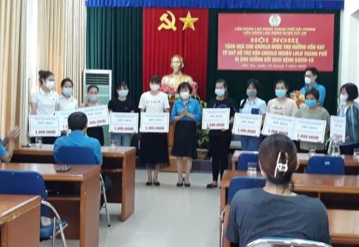 Tổ chức trao tặng quà từ Quỹ trợ vốn CNVCLĐ nghèo LĐLĐ thành phố cho CNVCLĐ vay vốn bị ảnh hưởng bởi Covid-19