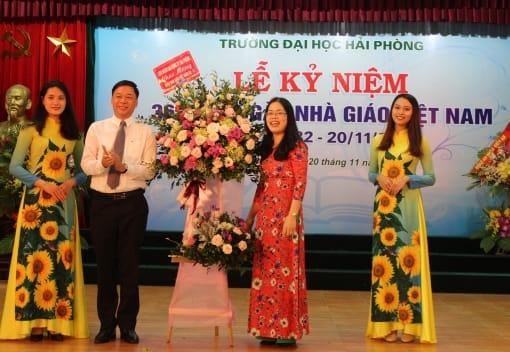 Liên đoàn Lao động thành phố thăm, chúc mừng một số đơn vị, trường học nhân ngày Nhà giáo Việt Nam (20/11)