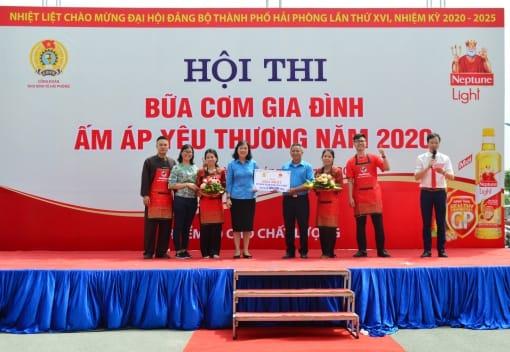 Đồng chí Đào Thị Huyền - Phó Chủ tịch LĐLĐ thành phố trao giải nhất cho các đội thi