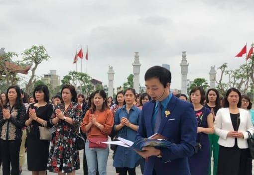 Đoàn đại biểu cán bộ CLB nữ công Công đoàn Viên chức Việt Nam đến dâng hưởng tưởng niệm tại Đền thờ Lãnh tụ Nguyễn Đức Cảnh