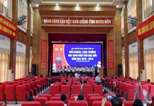 Liên đoàn Lao động quận Kiến An tổ chức Hội nghị biểu dương con CNVCLĐ đạt giải cao trong các kỳ thi học sinh giỏi và các cháu học sinh vượt khó học giỏi năm học 2018 - 2019