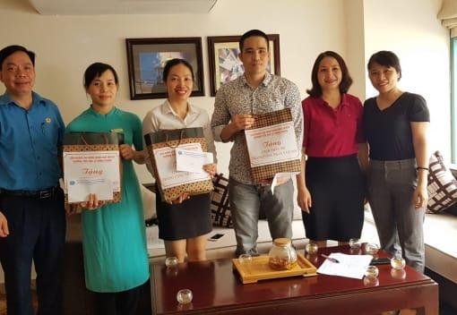 Liên đoàn Lao động quận Ngô Quyền tặng quà cho 23 CNLĐ có hoàn cảnh Công nhân dịp Tháng Công nhân 2020