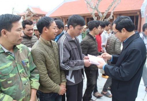 Liên đoàn Lao động thành phố tặng quà Tết CNLĐ làm việc tại Nhà tưởng niệm đồng chí Nguyễn Đức Cảnh