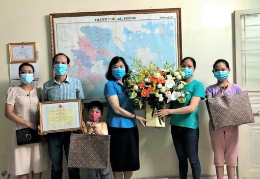 Liên đoàn Lao động thành phố trao Bằng khen và quà của Tổng LĐLĐ Việt Nam cho gia đình CNVCLĐ tiêu biểu toàn quốc, giai đoạn 2016 - 2020