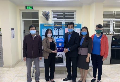Liên đoàn Lao động quận Hồng Bàng trao tặng 08 máy sát khuẩn tay tự động cho công đoàn cơ sở trực thuộc