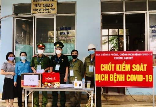 Liên đoàn Lao động Quận Ngô Quyền phối hợp với Ủy ban MTTQVN, các tổ chức chính trị - xã hội Quân thăm, tặng quà  các chốt kiểm soát dịch Covid-19 trên địa bàn Quận Ngô Quyền