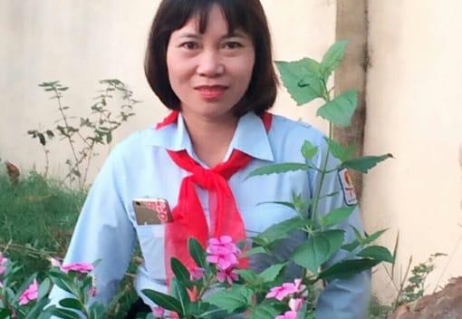 Cô giáo mang khăn quàng đỏ