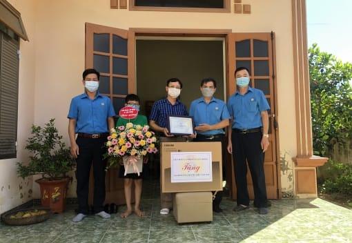 Liên đoàn Lao động quận Đồ Sơn thăm, tặng quà cho gia đình CNVCLĐ tiêu biểu năm 2020 và các cháu con CNVCLĐ vượt khó học giỏi năm học 2020-2021
