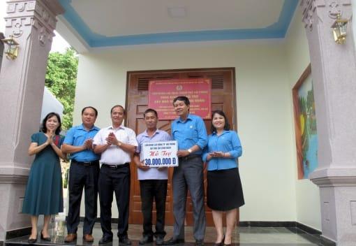 Trao kinh phí hỗ trợ nhà Mái ấm công đoàn nhân dịp kỉ niệm 91 năm ngày thành lập Công đoàn Việt Nam