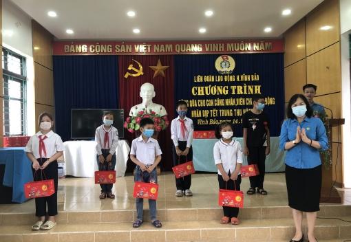 Liên đoàn Lao động huyện Vĩnh Bảo tổ chức tặng quà cho con CNVCLĐ nhân dịp Tết Trung thu năm 2021