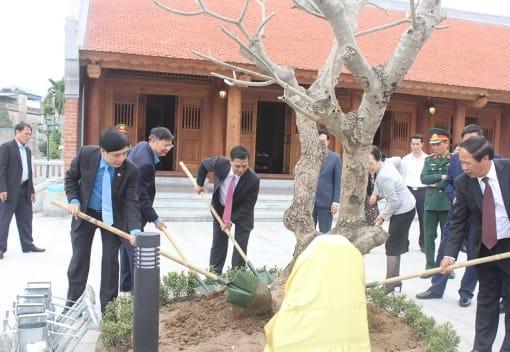 Lãnh đạo thành phố và Tổng Liên đoàn trồng cây lưu niệm tại Nhà tưởng niệm đồng chí Nguyễn Đức Cảnh