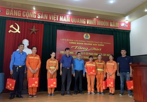 Công đoàn ngành Xây dựng Hải Phòng thăm, tặng quà tết Trung thu năm 2020 cho người lao động