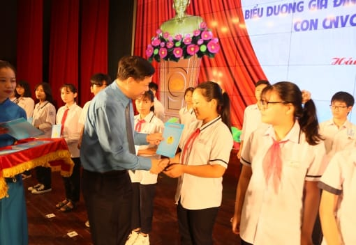 LĐLĐ thành phố biểu dương gia đình CNVCLĐ tiêu biểu, con CNVCLĐ vượt khó học giỏi và trao giải các Cuộc thi